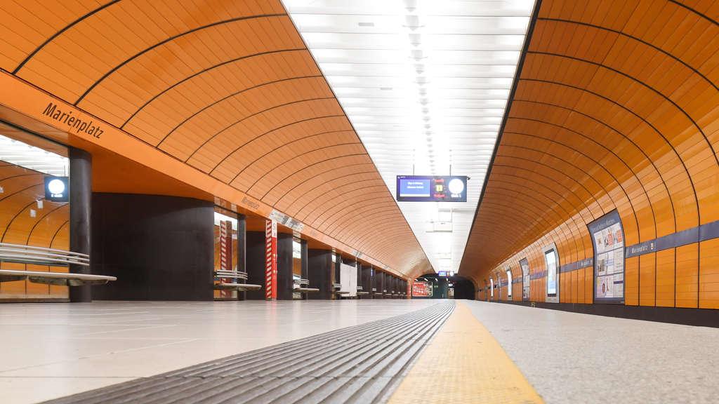 Blase Hase in der Deutschen U Bahn